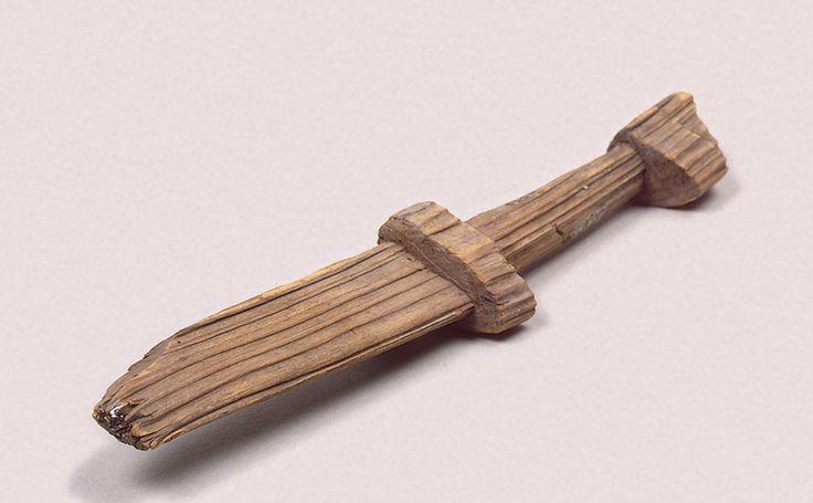 Деревянные игрушечные мечи. Старая Ладога. IX век. Хранятся в Эрмитаже. Несмотря на то, что деревянные мечи ненастоящие, они выполняли важную роль: с их помощью дети начинали учиться боевому искусству, так как железный меч был для них достаточно тяжел.