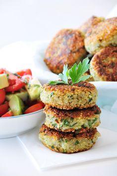 Quinoa-Kartoffel-Laibchen glutenfrei, vegan mit einer zitronigen Salatvariation und gebratenem Spargel