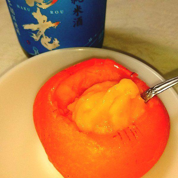 一年ぶりの柿日本酒シャーベット。  種なし柿のヘタをくりぬいて凍らせる  ↓  凍ったまま日本酒をちょっと注いで、実を削る  ↓  混ざったら日本酒足して混ぜる    練れば練るほどフッヘヘ