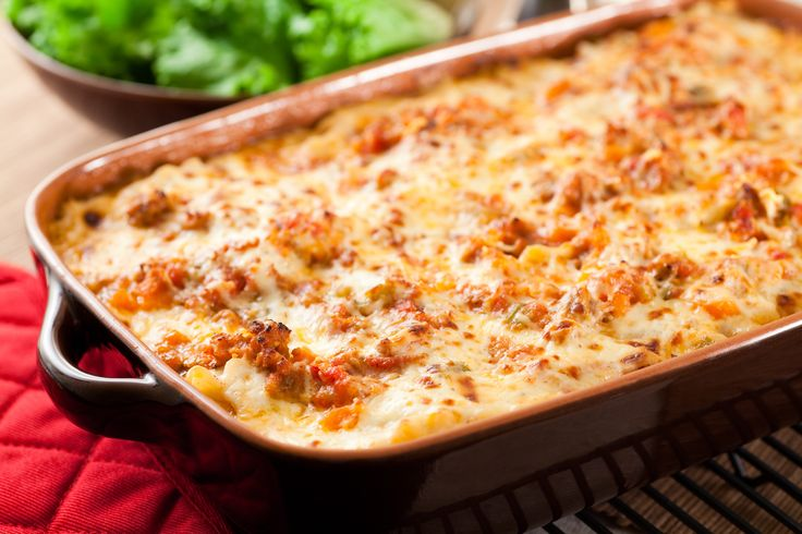 Μπορούν να χαρακτηριστούν και ως διαφορετική εκδοχή του παστίτσιου, τα κανελόνια όμως έχουν τη δική τους μοναδική γεύση που τα κάνει να ξεχωρίζουν. Παρέα με μια σαλάτα είναι και ένα πρώτης τάξεως κυρίως πιάτο.