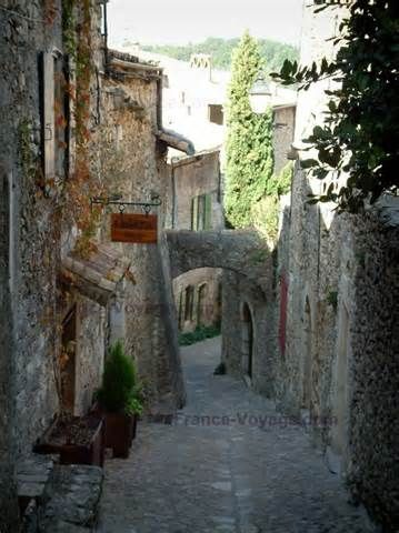 Mirmande : Schuine geplaveide straat met stenen huizen Terug naar het ...