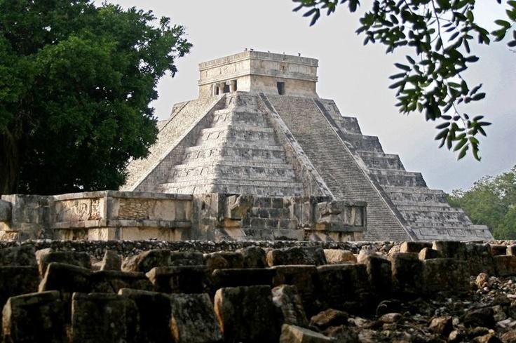 La prophétie maya va profiter avant tout... aux mayas. Une vague touristique est attendue en cette fin d'année dans les stations balnéaires de l'est du Mexique ainsi que dans les sites archéologiques de la région. À Cancun, les hôteliers prévoient un taux d'occupation de 90%, un ballon d'oxygène pour cette destination affectée depuis 2009 par la crise économique mondiale.Les Mexicains eux mêmes prennent avec humour la prophétie maya. «Selon le calendrier maya, tout un cycle se termine en…