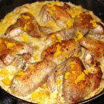 Окорочка куриные с апельсином Для приготовления блюда Окорочка куриные с апельсином необходимы следующие ингредиенты: 500 гр окорочков куриных (лучше взять без гузки), две столовые ложки сока апельсина, одна чайная ложка виноградного уксуса, одна столовая ложка сахара, 2 чайные ложки соуса острого, растительное масло, соль на пробу (если будет необходимо).