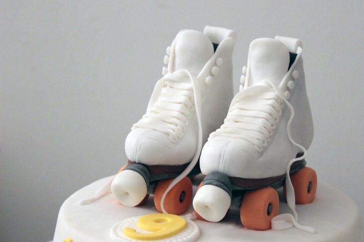 """Torta """"Pattini a rotelle"""" mud cake ricoperta con pasta di zucchero, """"cuoredizucchero.net"""""""