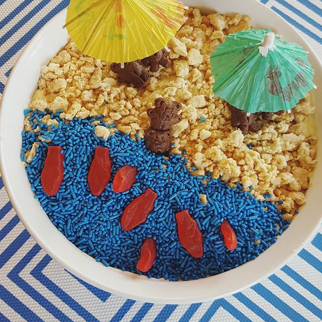 Look what I made for my son's 1st grade end-of-year class party tomorrow! Sand pudding with a beach theme.⛱️ Where I pulled the energy to make this I'll never know. My goose is cooked. Mama need summer. Friday is going to be the best of my LIFE!!! Last day of school, you will soon belong to me! 😂  #stickaforkinme #sandpudding #beach #foodforkids #funfood #food #instafood #instayum #delish #kidsfood