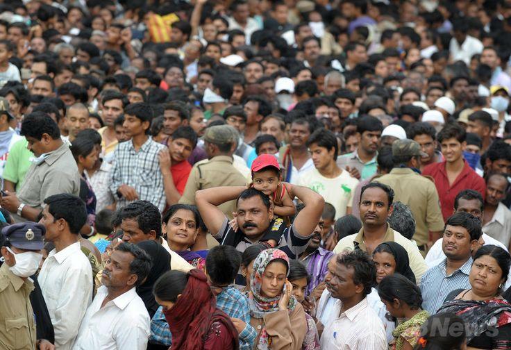インド・ハイデラバード(Hyderabad)で、「魚療法」の秘薬の投薬を待つ人々(2014年6月8日撮影)。(c)AFP/Noah SEELAM ▼13Jun2014AFP|ぜんそく治療に秘薬入りの生きた魚を丸のみ、インド http://www.afpbb.com/articles/-/3017645 #Hyderabad
