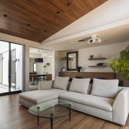 『高松の家』中庭を囲む平屋住宅の部屋 ホームシアターを楽しめるリビング