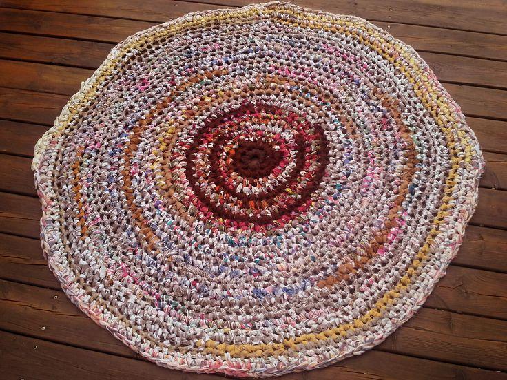 Afdæmpet tæppe i jordfarver. Hæklet af strimler af genbrugsstof, som jeg har klippet i strimler