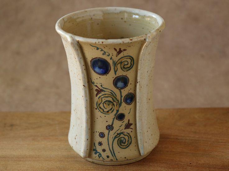 Keramikbecher zum Zähneputzen oder als Trinkbecher. Steinzeugunikat mit zweifarbiger verträumter Intarsienranke und Kugeln, die mit Glasur ausgemalt wurden.