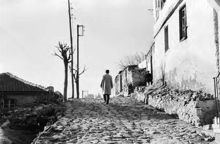 Βαδίζοντας στην Άνω Πόλη - 1956. Φωτογραφία: Κλείτος Κύρου