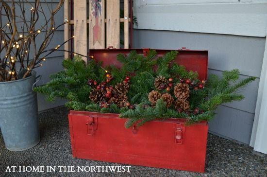 caja de herramientas antigua decorada con hojas verdes frescas …
