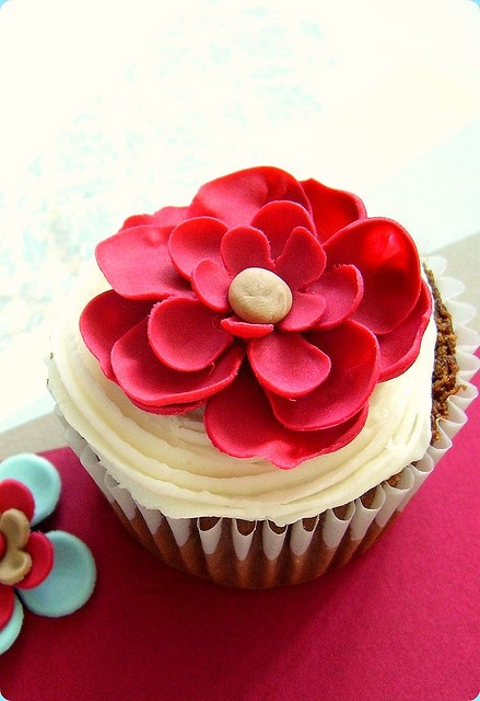 Red fondant flower cupcakes. This would be super easy with 3 different size flow