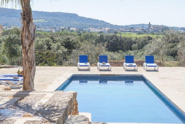 Olivera ist ein hochwertiges, neugebautes grosses Landhaus. Die Aussenwände wurden mit Natursteinen verkleidet.
