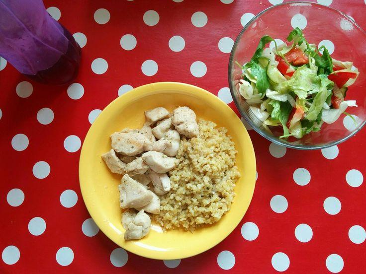 Csirkemell bulgurral, salátával.