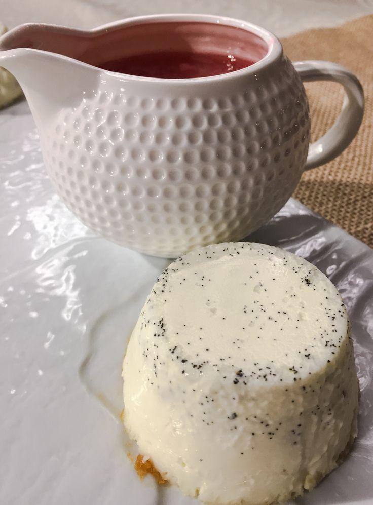 Pannacotta tradicional con coulis de ruibarbo. Una receta suave, cremosa, sin gelatina. Descubre cómo hacerla paso a paso en Not only cheese and chocolate