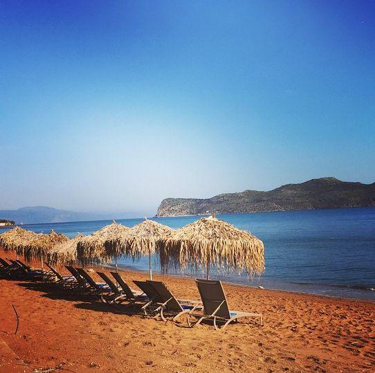 Er du morgenfrisk, så tag en lang gåtur langs stranden i Kato Stalos mens solen er på vej op. Du kan læse mere om Kreta her: www.apollorejser.dk/rejser/europa/graekenland/kreta