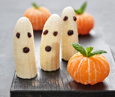 Vill du göra något gott, nyttigt och läskigt på under fem minuter? Skala clementiner och tryck ner ett par myntablad i toppen – voilà, en minipumpa! Bananspöken gör du busenkelt av halva, skalade bananer. Russin blir ögon och mun. Hälsosam Halloween!