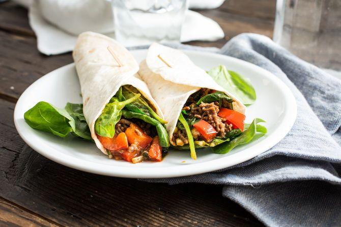 Tortilla wrap met paprika, gehakt en spinazie.