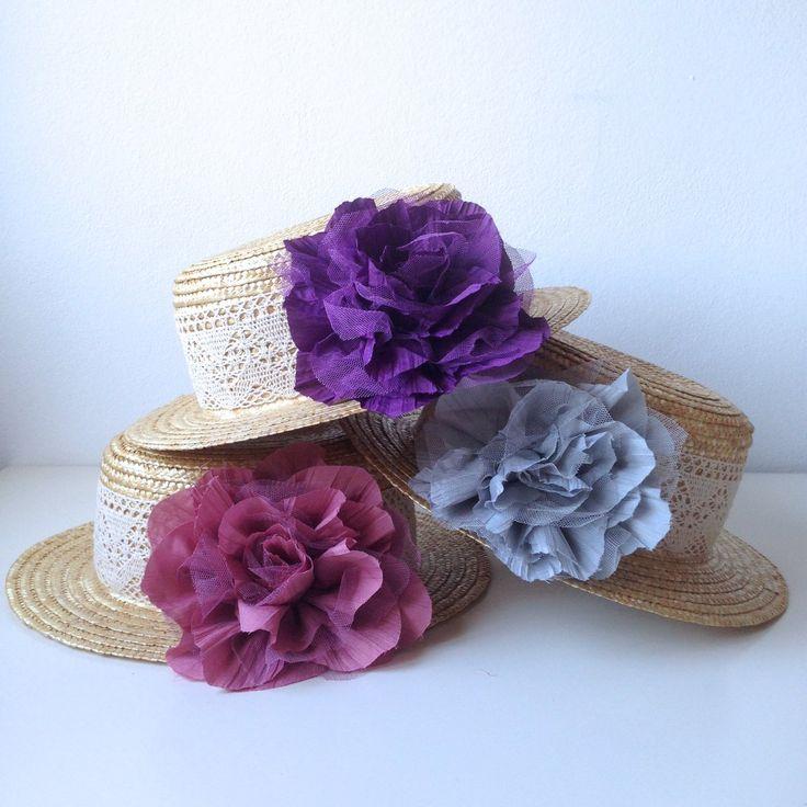 Sombrero decorado con encaje de algodón y flor de 14 cm. Hay dos tallas de sombrero: M (56 cm) L (58 cm)