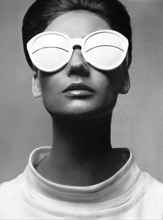 Courrèges |colette - Directement inspirées par les lunettes des inuits vivants dans la zone arctique conçues pour protéger d'un rayonnement solaire intense, les lunettes Courrèges sont elles fabriquées en acetate et ont été lancées pour la première fois dans les années 60. Très prisées, elles ont été immortalisées par le photographe William Klein