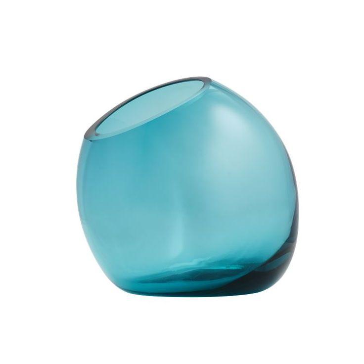 Sneezy kan både bruges som en vase og en skål. De fine farver i glasset gør at den er udtrolig dekorativ og derfor også kan stilles til pynt på hylden - tilsæt f.eks. en lille blomst for et personligt touch.