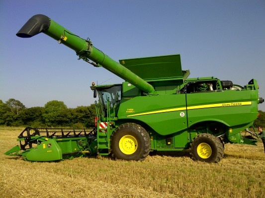 And what do you think about this combine harvester from John Deere ? Find more on http://www.agriaffaires.co.uk/used/combine-harvester/1/3908/john-deere.html