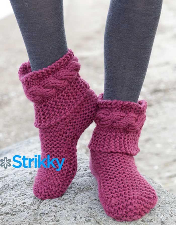 Носочки очень красивые и тёплые, вязаны в 2 нити из шерстяной пряжи. Они недлинные, украшены над щиколоткой красивыми косами.