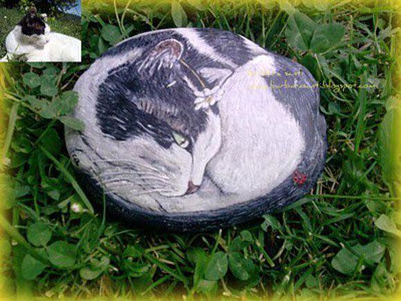 Sasso dipinto a mano raffigurante un gatto. Handmade painted stone with cat.