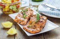 El salmón es uno de los alimentos preferidos por los nutriólogos así que si estás cuidando tu alimentación seguramente lo comes a menudo. Deja de cocinarlo a la plancha mejor dale un toque cítrico con esta receta.Preparación1. Precalienta el horno a 150°.2. Coloca en una charola para hornear un trozo de papel encerado.3. Mezcla en un tazón azúcar, jugo de limón, mostaza, ajo, orégano, romero, tomillo y eneldo. Sazona con sal y pimienta al gusto.