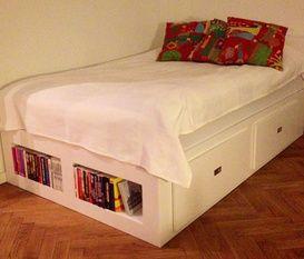 Säng med förvaringslådor