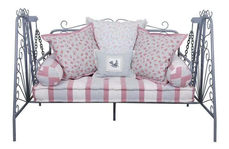 Essa cadeira de balanço é indicada para decorações mais românticas, especialmente de varandas. Fabricada em ferro, mede 106 cm x 170 cm x 62 cm e está à venda por R$ 5 mil, na Hips Retrô (www.hipsretro.com.br) | Preço pesquisado em março de 2013 e sujeito a alterações