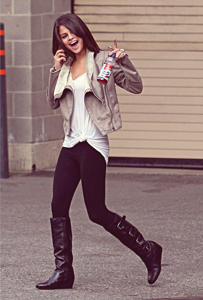 Selena Gomez | Causal outfit | Black leggings | white ...