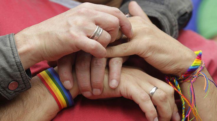 Det er første gang, at flere personer indgår et ægteskab i landet.