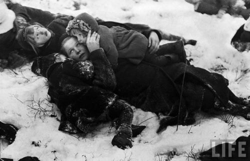 A mother and her children take cover during a Russian air raid. Tammisaari, Finland, 1940. foto Carl Mydans.