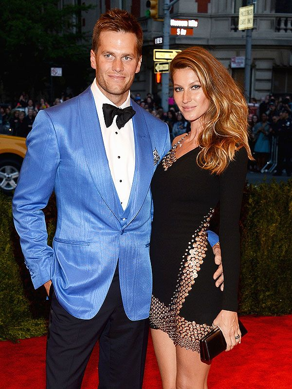 Larry Busacca/Getty When he's not leading his teamon the football field, Tom Brady is showing off his skillsin the kitchen. With a rare Sunday off due to NFL'sWildcard Weekend, the New England P...