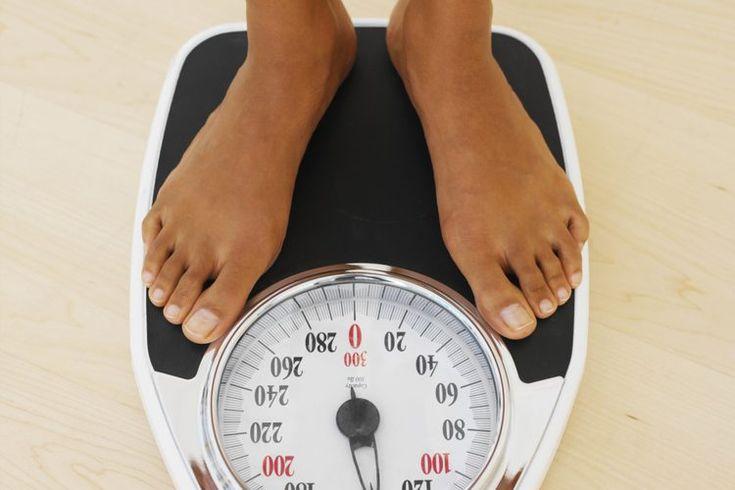 Un IMC saludable para una mujer de 25 años de edad. Tu índice de masa corporal, o IMC, es un marcador que los médicos usan para determinar si estás en o cerca de un peso saludable. La ecuación exacta para calcular tu IMC es complicado, pero se reduce a una relación básica entre tu altura y su peso. ...
