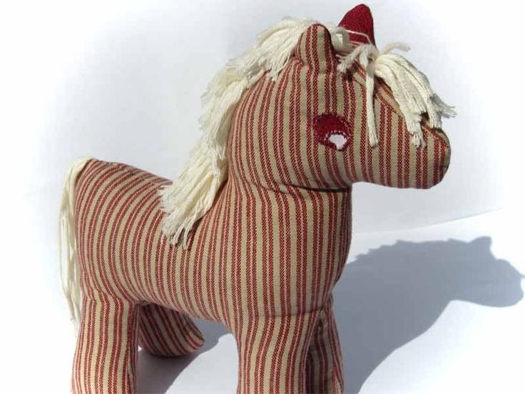 Ein gestreiftes Pferd im Stil mit den stolzen Dala-Pferden aus Sweden. Dieses ist rot-weiß gestreift, die Mäne, Pony und schwanz sind gut beffestigt u