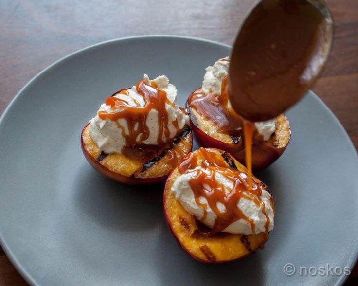 Recept voor gegrilde nectarines van de barbecue met vanillemascarpone, Jack Daniel's gezouten karamelsaus en geschaafde amandelen.