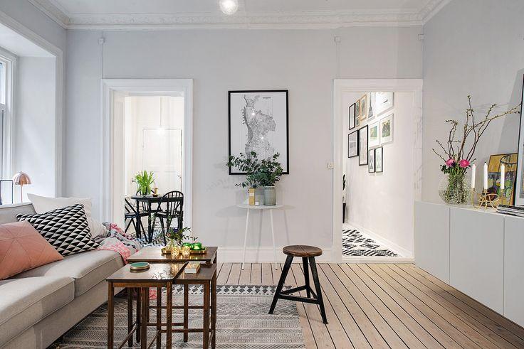 Ljusgrå vägg och trägolv