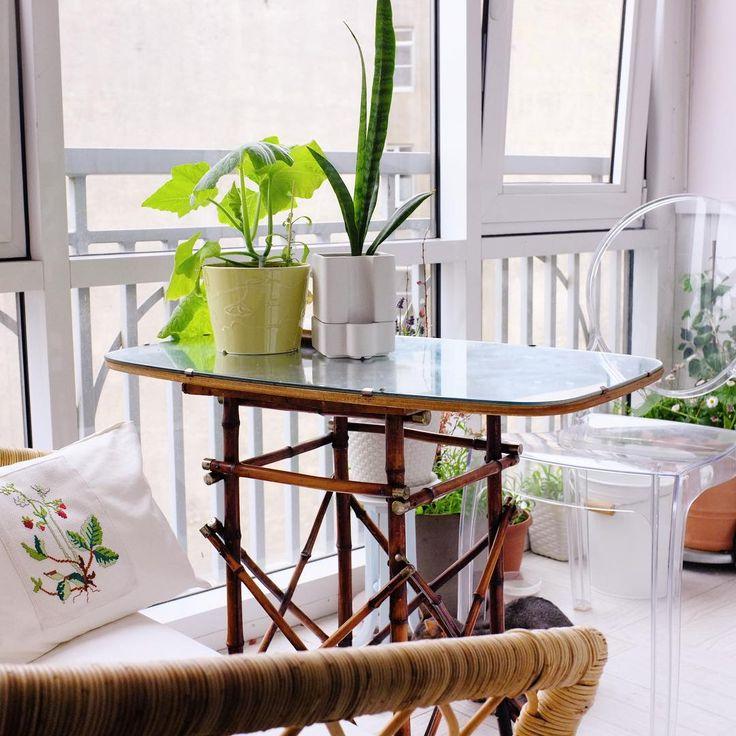 У нас на балконе живёт зеркальный столик, сейчас, летом мы на нем завтракаем и ужинаем🍽  Оооо, этот столик совсем недавно был вовсе и не столик!  🎋Ножки - тростник с латунными заглушками - это жардиньерка начала 20 века. Невероятно лёгкая и прочная, найдена на авито🔍 Жила на Петроградке.  🏵Столешница - зеркало 60-х годов, с деревянной подложкой. Найдено на... помойке🙈  Я обычно сокращаю путь в магазин через соседний двор. И однажды кто-то вынес всю старую мебель — видимо у какой-то…