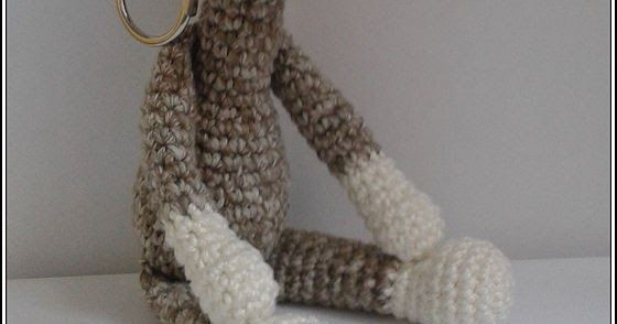 Patroon mini giraf sleutel/tassen hanger  Materialen   * Haaknaald 2,5mm   * Stopnaald   * Vulling   * 2 kleuren restjes garen    (b...