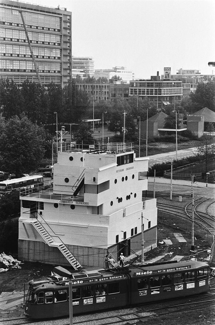 Stationsplein Laatste hand gelegd aan commandobrug van Essotanker op stationplein in Rotterdam dat als repetitieruimte voor Rotterdamse Jongenskoor 1982.