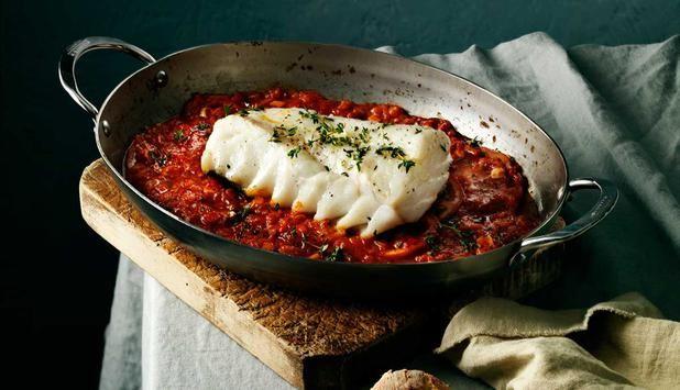 Im Ofen gebackener Skrei mit den mediterranen Aromen von Knoblauch und Tomate ist das ideale Gericht für Ihre Familie und Freunde. Dazu passt frisches Brot.