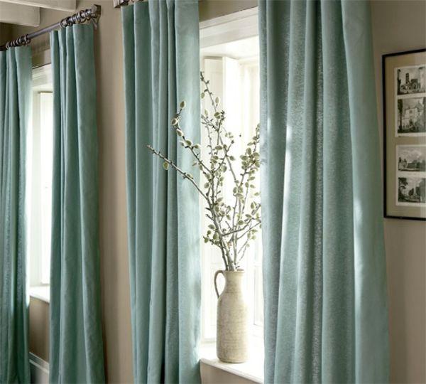 rideaux en lin naturel en turquoise et vase aux branches d'arbuste secs