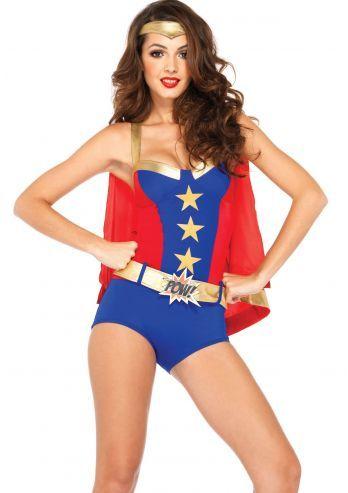 Deze superheldin is zo uit een stripboek gestapt! Dit is een kostuum met een romper, gouden riem met gesp met de tekst Pow! en een rode cape. Dit Superheldin kostuum is gemaakt van stretch materiaal maar bij twijfel adviseren wij een maat groter te nemen. De Superheldinnen romper is gemaakt in de super kleuren rood blauw en goud, de romper heeft een BH bovenkant met gouden bandjes. Super voor een superhelden feest!