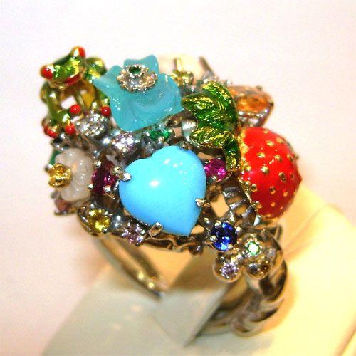 Кольцо с бриллиантами и цветными драгоценными камнями.