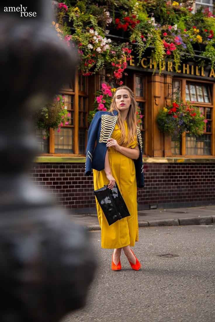 """Ich zeige euch heute mein #ootd das ich so zur FashionWeek in London getragen habe #fwl . Ein sommerlicher Look oder auch ein leichter Herbstlook, im senfgelben Einteiler. Passend zu dem gelben Jumpsuit habe ich eine blaue Zara Jacke kombiniert, orangene Pumps und eine Lacktasche. Entstanden ist dieses Fashionshooting, im Londoner Szeneviertel und Hotspot. Der placetobe und instagrammable pub """"Chruchill arms""""."""