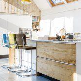 Deze moderne, handgemaakte keuken van JP Walker is letterlijk het middelpunt van dit huis. Het riante kookeiland nodigt je uit om plaats te nemen en te genieten van alle gerechten die hier gezamenlijk...