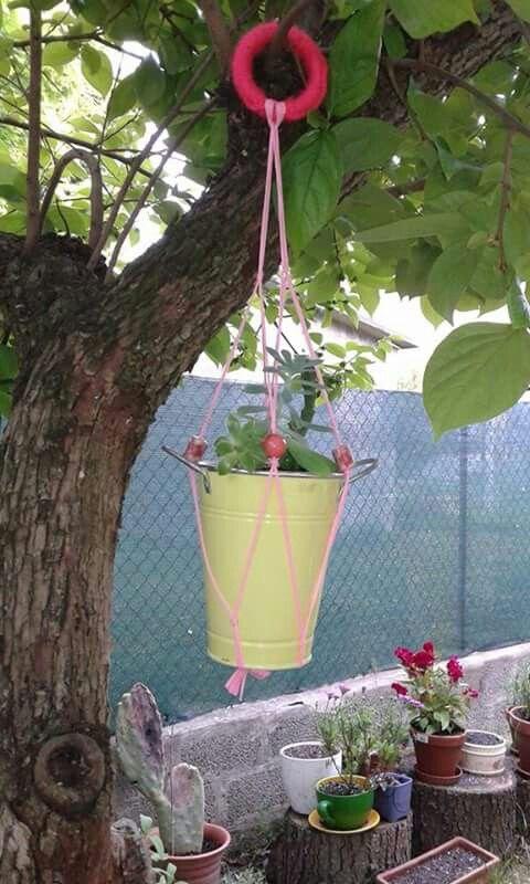 E per l'albero del giardino? Perché non creare questi cestini portavasi? Et voilà! Fiori e puante grasse sospesi ad abbellire il tutto!