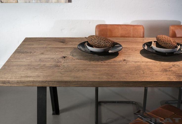 Industriële eiken tafel Dyk met 4 brede planken en een zwart frame wordt op maat gemaakt - Woonwinkel Alle Pilat